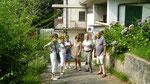Toute la famille devant la maison de notre grand-mère
