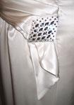 Brautkleid mit Brosche aus Swarovskisteinen