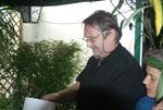 Unser Hannes erhält einen Tombola-Ehrenpreis kreiert von unserer Brigitte