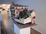 """Soller"" 2000/2003 Pappe, Holz, Fallschirmseide, Draht, versch. Farben, Kleber, mehrteilig 110 x 160 x 80 cm"