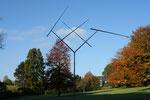 """""""4 Lines Oblique Geratory II"""" 1972-1991 Rostfreier Stahl, Kugellager Maximale Breite, wenn alle Nadeln horizontal sind: 12,19 m Breite im Ruhezustand, ohne Wind: 7,62 m Maximale Höhe: 11,28 m Höhe ohne Wind: 10,28 m Nr. 2 von 3 Ex."""