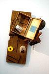 """Daniel Spoerri """"Le panier à provisions de Jeanie Baticheff"""", 1962 diverse Objekte auf Holzplatte 95,5 x 53,3 x 38 cm"""
