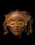 "Chokwe ""o.T. (Maske)"", Anfang 20. Jahrhundert Mwana Pwo-Maske, Angola, Holz, Textil, Fasern 20 x 23 x 23 cm, Original"
