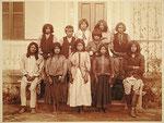 """""""Chiricahua Apachen bei der Ankunft in Carlisle am 4. November 1886"""" Pigmentdruck auf Hahnemühle Photo Rag 308 g, 80 x 100 cm (gerahmt 100 x 118 cm) Beschr. sign. dat. 2009 rückseitig. 1/3"""