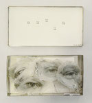 """""""Zwiesprache"""", 1982/83, 5 Augenpaare auf Gaze in silberfarbenem Kästchen, Montageanleitung Kästchen: 9,5x18x2,5cm"""