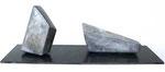 """Zwei geschlossene amorphe Formen"", 1963 Edelstahl auf Schieferplatte, 47 x 147 x 47 cm, WVZ 89/2"