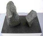 """""""Zwei geschlossene Formen"""", 1961 Bronze auf Schieferplatte, 45 x 75 x 49 cm, WVZ 79"""