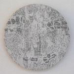 """""""Angesicht 6"""", 2009 Jaquardgewebe mit Stickerei (Viskose) auf Kappaplatte aufgezogen Durchm. 21,7 cm, 2 cm tief, Unikat"""