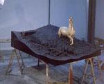 """""""La Naissance de Pegas III"""" 1988 Kohle, Gips, ro-grünes Pferd mit Blatt 120x157x225cm"""