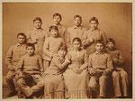 """""""Chiricahua Apachen 4 Monate nach Ankunft in Carlisle im März 1887"""" Pigmentdruck auf Hahnemühle Photo Rag 308 g, 80 x 100 cm (gerahmt 100 x 118 cm) Beschr. sign. dat. 2009 rückseitig. 1/3"""