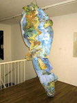 """Hängende Welt"", 1989 Mischtechnik, Pappe, div. Farben, Bindedraht ca. 255 x 70 cm"