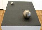 """2 Edelstahlkugeln auf schwarzer Stahlplatte"", 1992 Edelstahl, Stahl, 47,5 x 58 x 3 cm, WVZ 270"