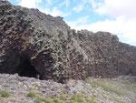 Bild: Vulkangebiet mit Eingang zur Höhle