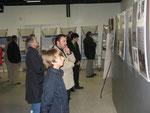 """Les visiteurs de l'exposition intitulée """"les Forces Aériennes de la France Libre"""", prêtée par l'ONAC 45."""