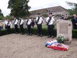 Détachement de la base aérienne 123 d'Orléans-Bricy, venu rendre hommage au Colonel Jean Demozay, aux côtés de la stèle qui rappelle son souvenir, dans le carré militaire