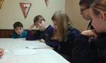 Die Kinder lesen das Märchen von Rotkäppchen und dem bösen Wolf vor