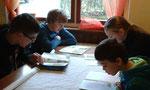 Gruppe 1 beim Erstellen eines Steckbriefes über den Wolf