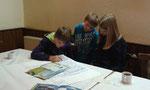 Gruppe 2 beim Erstellen eines Steckbriefes über den Wolf