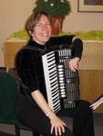 Andrea Förstel mit Blasebalg, die andere Musikerin des Duo's
