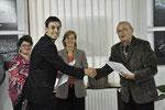 Christian Filipescu belényesi fotóművész díját Tóth István fotóművész adja át