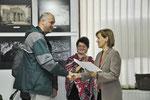 Mertz Gábor nagyváradi fotóművész díját Biró Rozália alpolgármester adja át