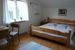 Großer Schlafraum mit Doppelbett oben