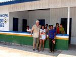Besuch in der Urwaldschule Matuba, wo Marie Sece (= Tochter von Neo) und auch die Frau von Eduardo als Lehrerinnen arbeiten.