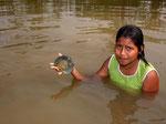 Indio-Mädchen beim Diskusfischen am Rio Bauana.