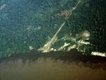 Blick aus dem Flugzeug auf den Amazonas ca. 20 km flussabwärts von Tefé. Der Rio Tefé ist ein Schwarzwasserfluss. Das Schwarzwasser des Rio Tefé und das Weißwasser des Rio Solimoes (Amazonas) haben sich nach 20 km noch nicht vermischt.