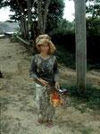 Diese Dayak-Frau kommt von der Gummibaumplantage mit Latexmilch zurück.