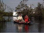 Von dort ging es weiter mit dem Kanu, hier im Bild meine Lebenspartnerin Eva zusammen mit Rosimar, unserer Köchin.