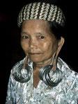 Die Dayakfrauen tragen bei festlichen Anlässen Silberringe. Im Alltag tragen sie Aluminiumringe, die sind nicht so schwer.