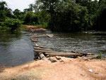 Die Brücke wird regelmäßig bei Hochwasser zerstört.