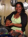 Rio Tefé-Reise 2010: Zubereitung von Piranhas als Mittagessen von unserer Bordköchin.