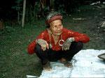 Die Dayak-Frauen verbringen sehr viel  Zeit ihres Lebens in dieser Stellung und können im Alter kaum mehr gerade stehen.