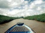 Dieser Kanal wurde künstlich angelegt, damit die Dörfer im Hinterland mit dem Boot erreichbar sind.