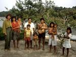 1992: Eva (links) ist das erste Mal dabei, auch sie verstand sich sofort bestens mit der Familie Neo.  Hinten in der Mitte Theresina und Neo mit Hund, davor Eduardo (7 J.) und Marie Sece (2 J.), sie ist heute 20 J. alt und Lehrerin im Dorf Matuba.