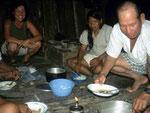 Bei unseren Reisen am Rio Javarí übernachteten wir immer bei dieser Familie und Mirdilia (Bildmitte) begleitete uns stets beim Fischen.