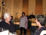Evelyn Kolar kündigt den Auftritt der Theatergruppe L.E.O. (Letztes Erfreuliches Operntheater) an.