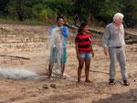 Rio Tefé-Reise 2010: Einige Indios aus dem Dorf Sonjoche am Rio Bauana zeigten uns das Diskusfischen am Tag mit einem Netz.