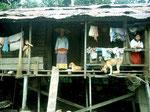 Am Oberlauf des Mahakam im Dayakdorf Long Hubung besuchen wir eine Frau der Bahau Dayak.