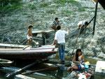 Meine erste Begegnung 1987 mit der Familie Neo in der Casa Santa Cruz am Rio Tefé, 215 Flusskilometer von der Stadt Tefé entfernt: Links am Boot der kleine Eduardo, heute ist er mein bester Guide. Unten in der Mitte Neo und rechts seine Frau Theresina.