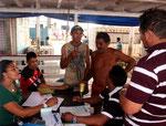 Hier wird die Fracht bezahlt und die beiden Fischer begleiten ihre Fischsendung nach Manaus.