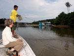 Eduardo kann bestens mit dem Netz umgehen und kennt die interessantesten Fangplätze aller Zierfische. Heuer konnten wir bei Niederwasser mit dem großen Netz alle interessanten Restgewässer durchsuchen.