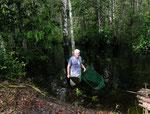 Zunächst hielt ich den Kescher ins Wasser; danach habe ich mit dem Paddel unseres Kanus die Fische ins Netz getrieben.
