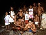 1987: Am ersten Abend in Santa Cruz: Hinten rechts Neo mit Eduardo an der Hand. Hinten links neben Neo sein älterer Sohn Mariwaldo, der heute in Tefé lebt und einen Gemüseladen in der dortigen Markthalle hat .
