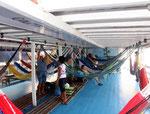 Jeder Fahrgast hat auf diesem Schiff einen Meter Platz zur Verfügung, um seine Hängematte aufzuhängen.