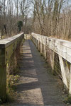 Eine Holzbrücke führt über den Bach