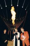 5/2000 bei der OMV Ballontaufe mit Bibel und Dir. Otto Musilek