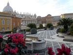 Hotel-Dachterrasse mit Blick auf die Peterskirche